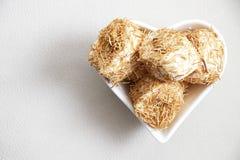 在糖浆烘烤的切细的面团冠上了与被击碎的胡说的土耳其语d 免版税库存图片