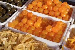 在糖浆烹调的果子 免版税图库摄影