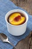 在糖浆的桃子 库存图片