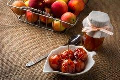 在糖浆的樱桃苹果 免版税库存图片
