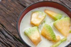 在糖浆的泰国甜瓜瓜 免版税库存照片