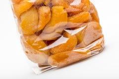 在糖煮的杏子的特写镜头被堆积入透明塑料袋 免版税库存图片