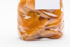 在糖煮的杏子的特写镜头被堆积入透明塑料ba 免版税库存照片