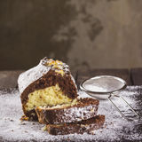 在糖粉的巧克力和香草蛋糕 库存照片