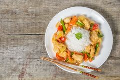 在糖醋调味汁的鱼 中国全国烹调盘  顶视图 拷贝空间 免版税图库摄影