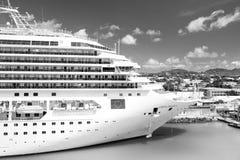 在系泊圣约翰,安提瓜岛的美丽的大豪华游轮 免版税图库摄影