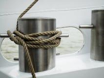 在系船柱附近的被打结的绳索 图库摄影