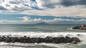 在索伦托意大利海和堤防街道的时间间隔,大波浪和浪潮洗涤反对与许多泡沫并且飞溅  股票视频