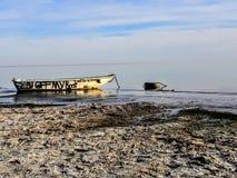 在索尔顿湖的被放弃的小船 免版税库存照片