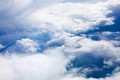 在紧密天空蔚蓝背景的白色云彩,积云高在天蓝色的天空,美好的空中cloudscape视图从上面 库存照片