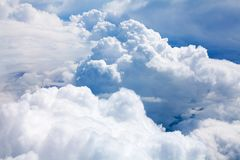 在紧密天空蔚蓝背景的白色云彩,积云高在天蓝色的天空,美好的空中cloudscape视图从上面 免版税库存图片