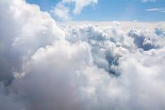 在紧密天空蔚蓝背景的白色云彩,积云高在天蓝色的天空,美好的空中cloudscape视图从上面 库存图片