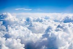 在紧密天空蔚蓝背景的白色云彩,积云高在天蓝色的天空,美好的空中cloudscape视图从上面 免版税图库摄影
