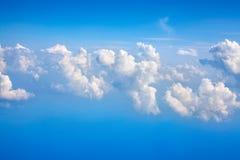 在紧密天空蔚蓝背景的白色云彩,积云高在天蓝色的天空,美好的空中cloudscape视图从上面 图库摄影