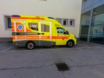 在紧急诊所前面的救护车汽车 免版税库存图片