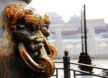 在紫禁城的金黄狮子 免版税库存照片