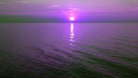 在紫罗兰色日落的慢慢地上升的观点在海天线 股票视频