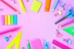 在紫罗兰色背景的学校用品准备好您的设计 平的位置 顶视图 复制空间 库存图片