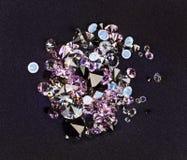 在紫色丝绸小的石头的黑色堆珠宝 免版税图库摄影