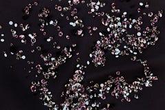 在紫色丝绸小的黑金刚石珠宝 免版税库存图片