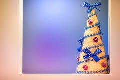 在紫色冬天背景的手工制造圣诞树 免版税库存图片