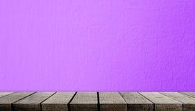 在紫色墙壁上的空的木架子 免版税库存图片