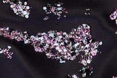 在紫色小的石头的黑金刚石珠宝 免版税库存照片