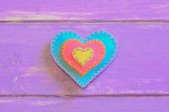 在紫色木背景的毛毡心脏与文本的拷贝空间 毛毡华伦泰 St情人节标志 顶视图 库存照片