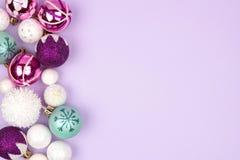 在紫色的淡色圣诞节中看不中用的物品边边界 免版税库存图片