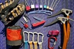 在紫色绳索的上升的齿轮 免版税库存照片