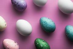 在紫色背景柔和的淡色彩的白鸡蛋 免版税库存图片