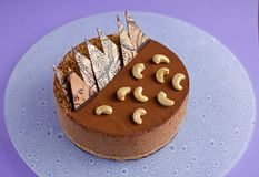 在紫色背景的巧克力沫丝淋蛋糕 免版税库存图片