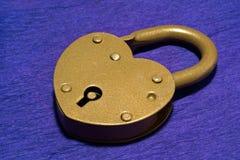在紫色背景的挂锁 库存图片