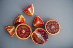 在紫色背景的血橙 免版税库存图片