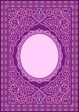 在紫色花饰的伊斯兰教的书套 免版税库存图片