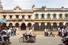 在繁忙的印地安街道上的车有步行者、自行车和汽车的在卡纳塔克邦状态 库存照片