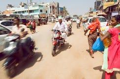 在繁忙的印地安街道上的车有步行者和自行车的在卡纳塔克邦状态城市 图库摄影