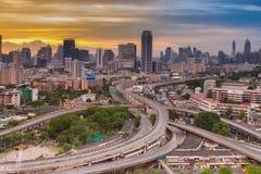 在繁忙的小时,城市高速公路交叉点 免版税库存照片