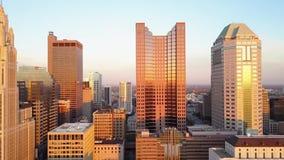 在繁忙的现代都市财政街市区摩天大楼塔的明亮的平衡的4k日落在哥伦布市俄亥俄 股票视频