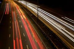在繁忙的路的机动车路夜 免版税库存图片