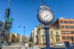 在繁忙的马里兰街上的时钟立场 免版税库存图片