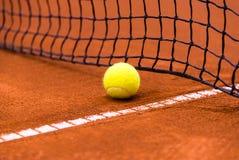 在红土网球场的网球 免版税图库摄影