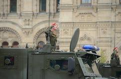 在红场的一次游行期间一名军警在一装甲的卡车乌拉尔63095 `台风U `任命军官 图库摄影