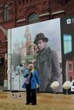 在红场的书市在莫斯科 妇女读谢尔盖Esenin诗歌  免版税库存图片