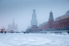 在红场的冬天有圣徒蓬蒿大教堂的保佑的和列宁陵墓 免版税库存图片