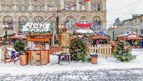 在红场的圣诞节市场在莫斯科 题字 图库摄影