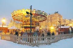在红场的圣诞节caroussel在莫斯科 胶大厦 库存图片