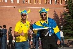 在红场的瑞典足球迷在克里姆林宫墙壁的背景 库存照片