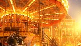 在红场的美丽的明亮地发光的转盘装饰了并且安排了圣诞节和新年 神仙的圣诞节 股票视频