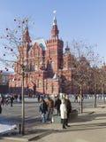 在红场的许多人民步行 图库摄影
